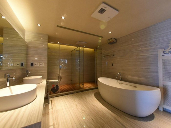 Phòng tắm chính có một bồn tắm lớn tiện nghi, có vòi sen và cửa kính xuyên thấu. Ngoài ra, Từ Hy Viên còn đặt trong nhà một phòng tập yoga, do ngôi sao 43 tuổi nổi tiếng là người quan tâm đến sức khỏe.