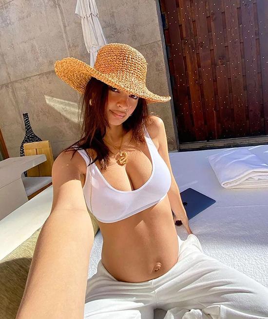 Emily Ratajkowski đi nghỉ dưỡng tại một resort 5 sao hôm 18/11
