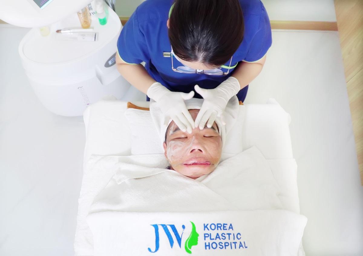 Anh Mến được chăm sóc da với liệu trình bảy bước chuyên sâu tại Bệnh viện JW.