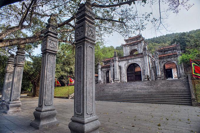 Ngôi đền có 3 lớp cổng, gọi là các nghi môn. Trong đó, nghi môn ngoại của đền Bà Triệu được xây kiểu tứ trụ bằng các phiến đá nguyên khối, trên đỉnh cột trụ cao là hình chim phượng lá lật, trụ thấp hình nghê chầu, lồng đèn chạm hình tứ linh, tường hai bên là hai bức chạm nổi tượng voi chầu. Ảnh: Kiến Thức