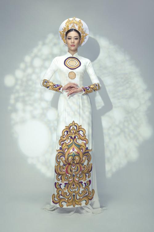 Để tạo nên một tác phẩm nghệ thuật áo dài, Minh Châu đã áp dụng kỹ thuật may, in hiện đại trên nền chất liệu thoáng mát, giúp người mặc thoải mái diện trong ngày trong đại.