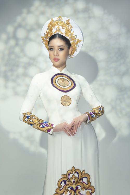 Bộ áo dài ghi điểm bởi họa tiết đối xứng, sắc nét và sự kết hợp màu sắc đối lập hài hòa trên tà áo dài trắng.