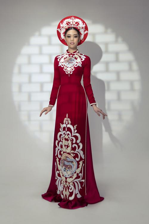 Mẫu áo dài đỏ họa tiết cung đình cũng là lựa chọn giúp nàng dâu nổi bật trong ngày đại hỷ.