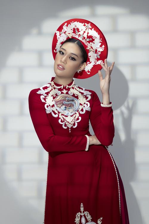 Bộ ảnh được thực hiện bởi nhiếp ảnh: T-Kenzo, làm tóc - makeup: Vương Khiêm, trang phục: Áo dài Minh Châu.