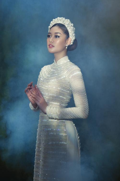 Ở bộ sưu tập mới, NTK muốn mang đến những chiếc áo dài là sự đan xen giữa yếu tố truyền thống và hiện đại, đặt nặng yếu tố sáng tạo, góp phần tôn vẻ đẹp nữ tính, trẻ trung của cô dâu trong ngày trọng đại.