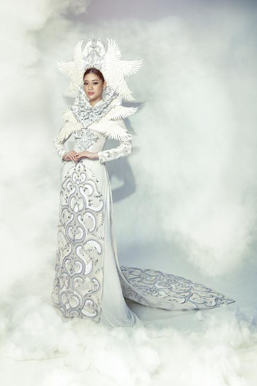Với bộ sưu tập mới ra mắt, NTK Minh Châu đã mời hoa hậu Khánh Vân trở thành nàng thơ giới thiệu những thiết kế của anh.