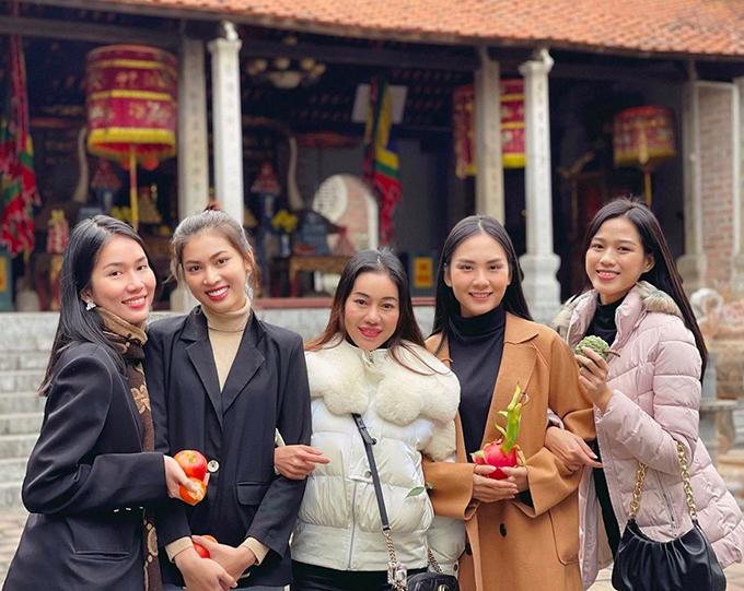 Đỗ Thị Hà dẫn những người bạn và ekip tới thăm ngôi đền Bà Triệu nổi tiếng ở làng Phú Điền, huyện Hậu Lộc. Đây cũng chính là quê hương của hoa hậu Việt Nam 2020 và là ngôi đền có quy mô lớn và lịch sử lâu đời bậc nhất trong tỉnh.