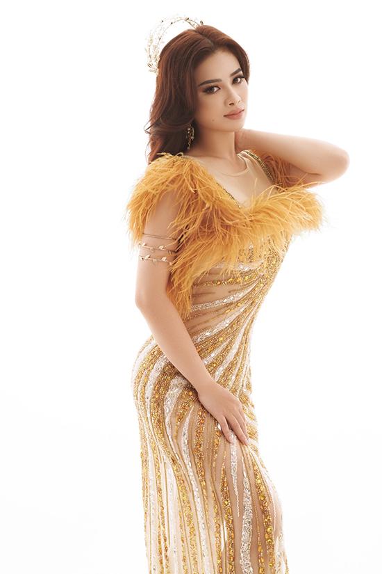 Váy đính sequin pha xuyên thấu giúp người đẹp khoe được làn da không tì vết.