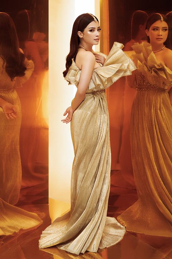 Đây là màn lột xác của Dương Hoàng Yến so với phong cách thuỳ mị, nữ tính thường thấy. Cô chọn váy ánh kim xếp ly để hoá thân thành một nữ thần.