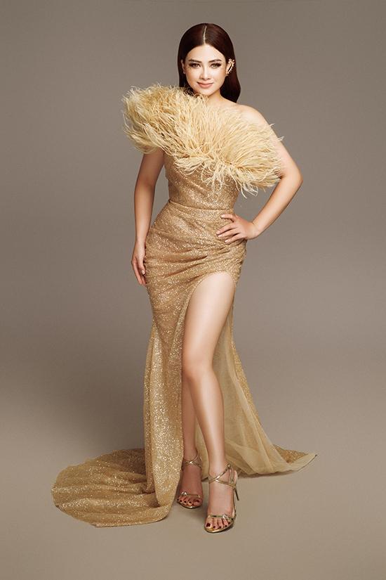 Dù không có lợi thế về chiều cao, Dương Hoàng Yến vẫn tự tin khoe chân với váy phủ sequin xẻ đùi gợi cảm. Thiết kế xếp nếp, bó sát làm nổi bật số đo ba vòng cân đối của nữ ca sĩ.
