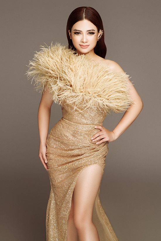 Cảm hứng nữ thần thể hiện rõ ở mái tóc chẻ ngôi giữa, khuyên vành tai. Chi tiết lông vũ khiến bộ váy trở nên hút mắt và có điểm nhấn hơn.