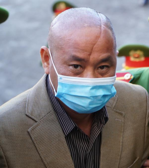 Bị cáo Đỗ Văn Minh có một vết sẹo lớn trên đầu và khai chém hai phát vào xác anh Vương để tạo sẹo giống mình.