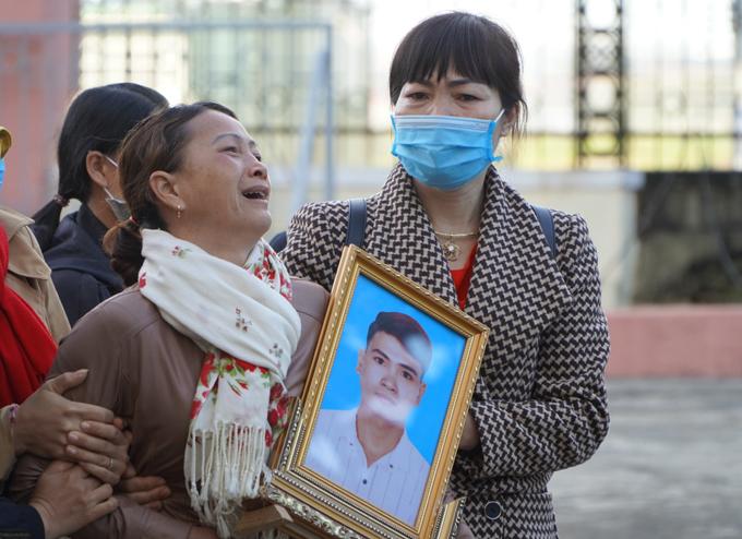 Người thân mang di ảnh nạn nhân Trần Nho Vương tới phiên tòa.