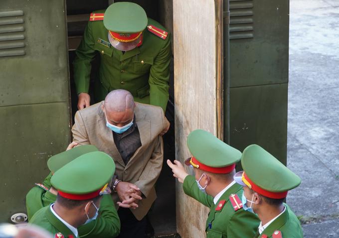 Bị cáo Đỗ Văn Minh được đưa đến tòa sáng 7/1.