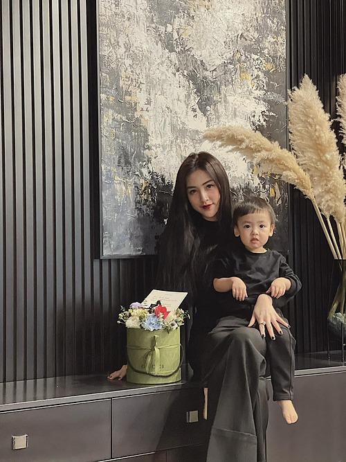 Á hậu Dương Tú Anh đẹp mặn mà bên con trai.