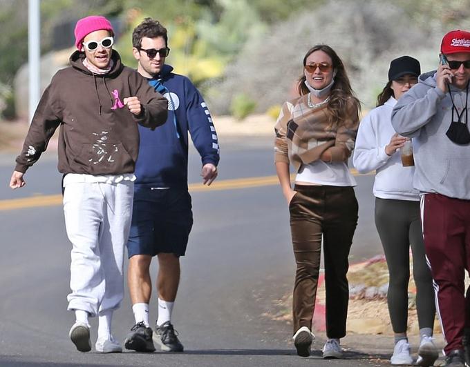 Harry Styles và Olivia Wilde bên nhau hôm chủ nhật.