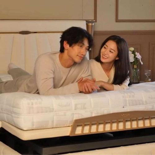 Cặp sao trong đoạn quảng cáo bắt mắt. Rain và Kim Tae Hee sẽ kỷ niệm 4 năm ngày cưới vào 19/1 tới.