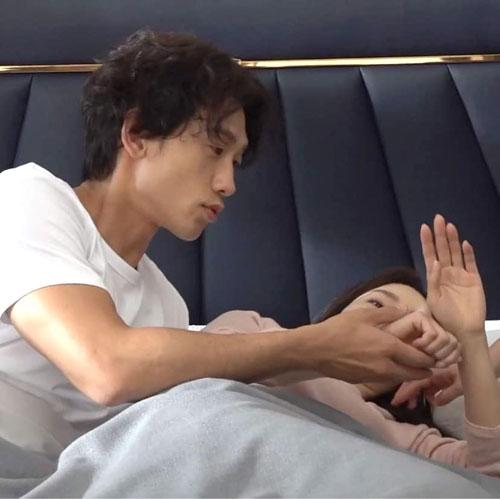 Những khoảnh khắc đáng yêu của đôi vợ chồng hot nhất nhì xứ Hàn.Rain là ca sĩ, diễn viên nổi tiếng Hàn Quốc. Anh từng có một tuổi thơ khó khăn, nghèo túng, trước khi trở thành ngôi sao sáng, được khán giả mến mộ. Vợ anh - Kim Tae Hee - là một trong các ngọc nữ của màn ảnh Hàn, bắt đầu nổi tiếng giữa những năm 2000. Tên tuổi của cô gắn liền loạt phim Nấc thang lên thiên đường, Chuyện tình Harvard, Mật danh Iris, Hi Bye Mama... Rain và Kim Tae Hee kết hôn năm 2017. Sau khi sinh liên tiếp hai bé gái, hiện Kim Tae Hee và Rain nỗ lực quay trở lại vun vén sự nghiệp.