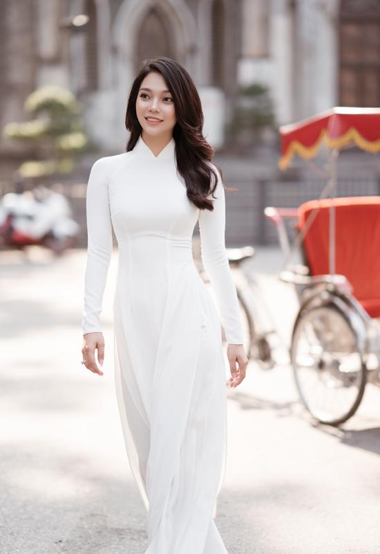 Lâm Thu Hồng trẻ trung như nữ sinh trong tà áo dài trắng.