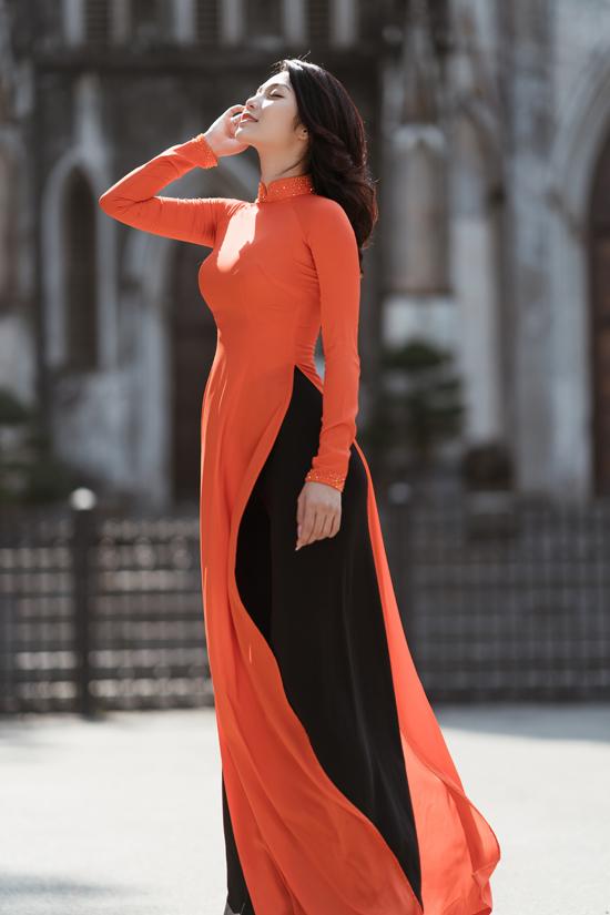 Lâm Thu Hồng sở hữu vóc dáng thon thả, chiều cao 1,72 m và vẻ đẹp rạng ngời, đầy sức sống. Cô thích mặc áo dài truyền thống ôm khít cơ thể, tôn đường cong hiệu quả.