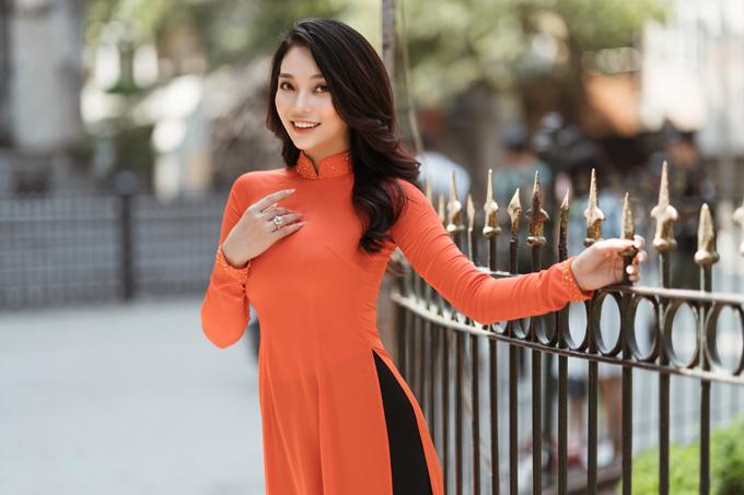 Gam màu cam giúp top 5 Hoa hậu biển Việt Nam toàn cầu 2018 nổi bật khi dạo chơi quanh Nhà thờ Lớn.