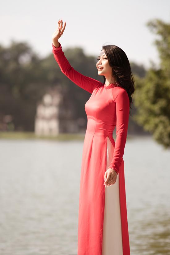 Người đẹp 26 tuổi khoe sắc trong nắng sớm khi tản bộ ngắm cảnh Hồ Gươm.