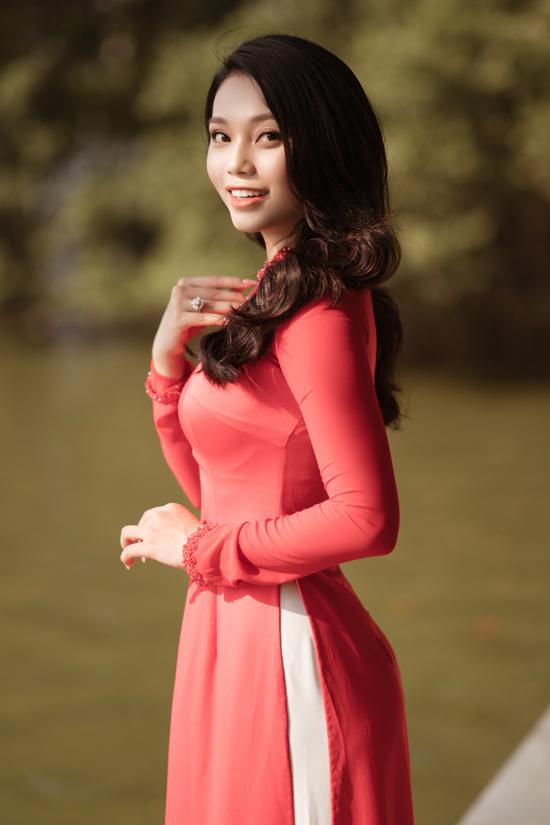 Lâm Thu Hồng chia sẻ vào dịp đầu năm, những ngày Tết và các sự kiện quan trọng cô hay chọn mặc áo dài và cảm thấy tự hào về bộ quốc phục của dân tộc.