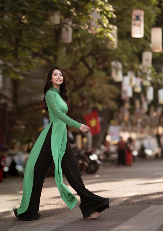Người đẹp đặc biệt thích trang phục đơn sắc, kiểu dáng đơn giản, cổ điển.