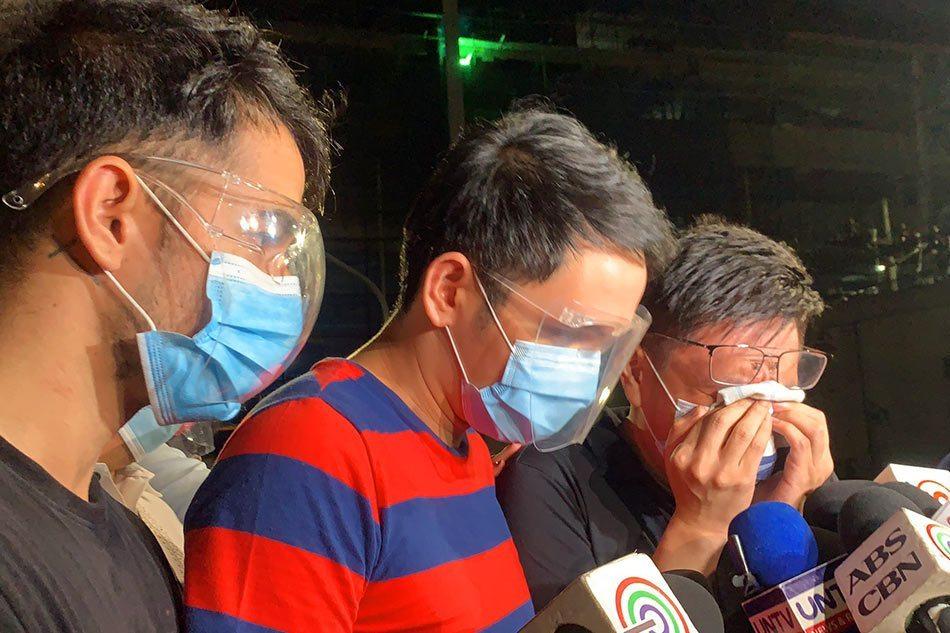 Ba nghi phạm được thả đều khóc, nói họ đồng tính.