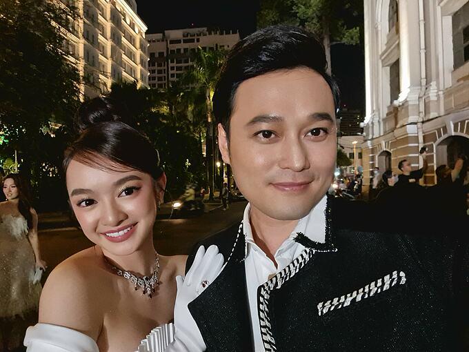 Ca sĩ Quang Vinh hội ngộ diễn viên Kaity Nguyễn trong một sự kiện.