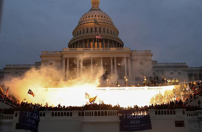 Đầu giờ chiều 6/1 (rạng sáng 7/1 giờ Hà Nội), hàng nghìn người ủng hộ Tổng thống Mỹ Donald Trump đã tuần hành từ công viên Ellipse đến Đồi Capitol ở thủ đô Washington để kêu gọi hoãn kiểm phiếu đại cử tri khi quốc hội đang họp để chứng nhận chiến thắng của ông Joe Biden. Nhiều người biểu tình được cho là đã mang theo súng vào bên trong tòa nhà Quốc hội. Hàng trăm người sau đó đã đạp đổ rào chắn và tràn vào trong các sảnh của Đồi Capitol.