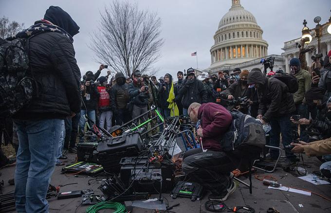 Nhiều thiết bị ghi hình, máy quay phim, máy ảnh của các phóng viên, biên tập viên bị hư hỏng trong vụ hỗn loạn do người biểu tình gây ra bên ngoài Đồi Capitol.