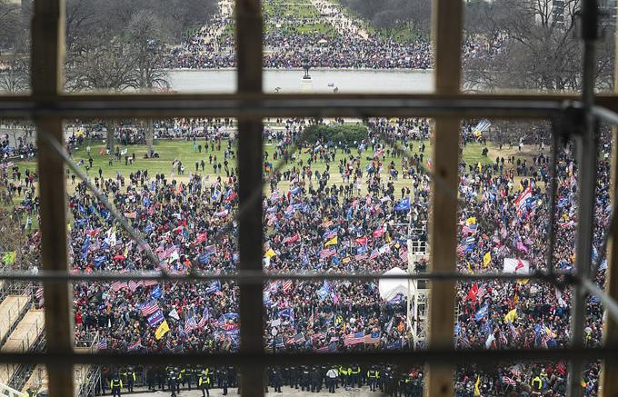 Người ủng hộ ông Trump vây kín khu vực trước tòa nhà Quốc hội trước khi phá hàng rào an ninh, xông vào trong.