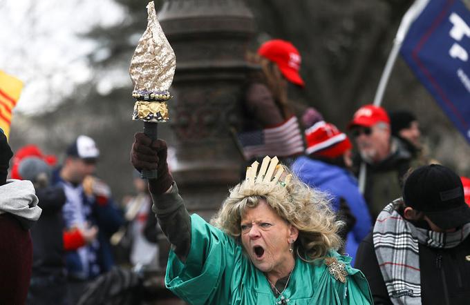 Bà Leigh Ann Luck hóa trang như tượng Nữ thần Tự do la hét, ủng hộ ông Trump trong đám đông người biểu tình chiều 6/1.