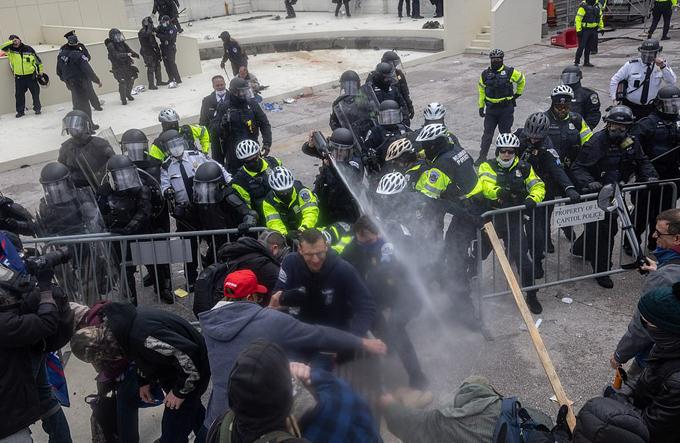 Lực lượng an ninh phải sử dụng hơi cay để giải tán đám đông.