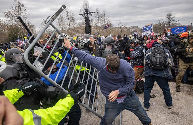 Người ủng hộ Trump đạp đổ rào chắn bên ngoài Đồi Capitol ngày 6/1.