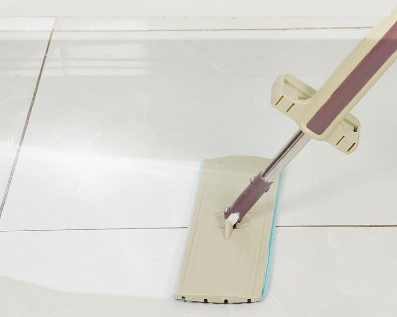 Cây lau nhà Kachi KC03 với đầu lau hình chữ nhật tạo nên lực ly tâm lớn, có thể xoay 360 độ giúp lau chùi mọi ngóc ngách trong nhà. Thân cây làm bằng nhựa và inox có thể rời. Thân dạng vặn xoáy, sử dụng hệ rãnh trượt và lò xo bên trong tạo lực vắt mạnh, giúp dễ giặt và vắt khô miếng bông lau. Miếng bông lau được làm bằng sợi vải cottoni, thấm hút tốt, có thể tháo rời để giặt và phơi. Sản phẩm đang được ưu đãi 48% còn 99.000 đồng.
