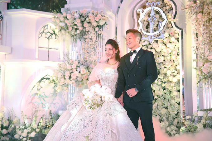 Ngày 8/1, Bùi Tiến Dũng đã tổ chức đám cưới với cô dâu Khánh Linh ở Bắc Ninh - quê nhà cô dâu. Mẫu đầm mà cô dâu diện chính là váy cưới mà trung vệ Bùi Tiến Dũng bí mật chuẩn bị, tự lên ý tưởng và được hiện thực hóa bởi NTK Linh Nga.