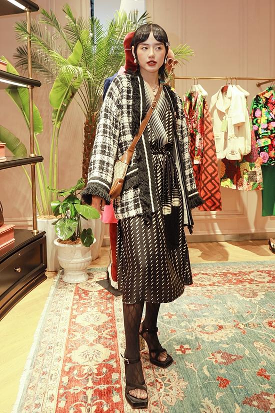 Fashionista Khánh Linh không ngại làm khó bản thân qua bộ trang phục trắng đen cầu kỳ.