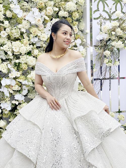 Thoạt đầu, ý tưởng mà nam cầu thủ mong muốn là váy cưới đơn giản, nhẹ nhàng. Tuy nhiên, sau khi thảo luận, bàn bạc với NTK, anh đã hướng đến mẫu đầm cưới kết hợp nhiều loại đá, đính kết các họa tiết trang trí vì muốn tôn vẻ đẹp của cô dâu.
