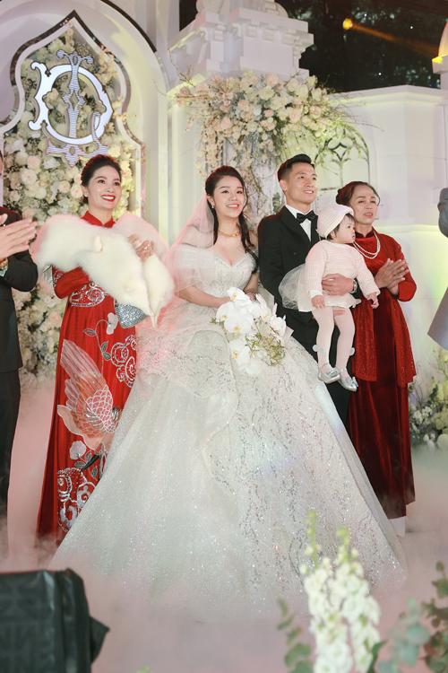 Đặc biệt, thiết kế này cũng được may riêng cho bé Sushi - con gái đầu lòng của uyên ương để diện trong ngày trọng đại của ba mẹ. Sau hôn lễ ở Bắc Ninh, uyên ương tiếp tục tổ chức đám cưới ngày 10/1 ở Hà Nội với sự góp mặt của nhiều bạn bè, đồng nghiệp giới thể thao.