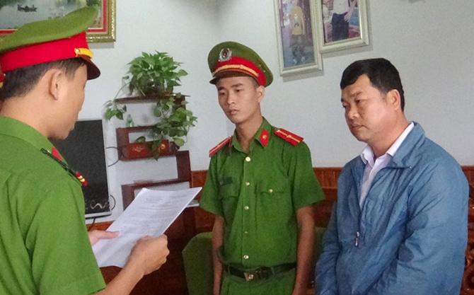 Cảnh sát đọc lệnh bắt Phạm Đắc Thành. Ảnh: Sơn Thủy.