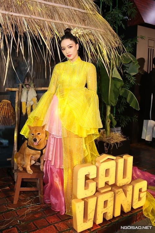 Diễn viên Băng Di tạo dáng bên chú chó đóng vai Cậu Vàng. Cô vào vai vợ ba của Bá Kiến.