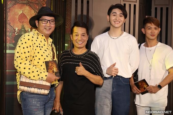 Nghệ sĩ Minh Nhí đưa con trai nuôi Minh Khải (thứ hai từ phải sang) cùng dự sự kiện.