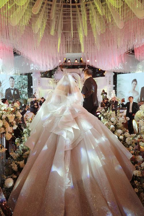 Phần thân váy được Linh Nga sử dụng kỹ thuật tùng nối 3D độc quyền, giúp cô dâu có những bước đi uyển chuyển như áng mây trôi trên bầu trời.