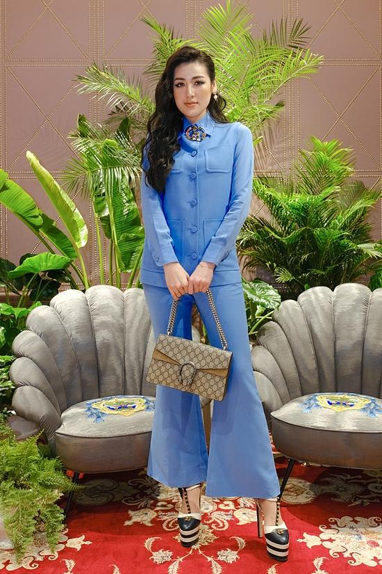 Á hậu Tú Anh chọn set đồ thanh lịch cùng túi xách làm điểm nhấn. Từ khi sinh con trai đầu lòng, cô được khen ngày càng nhậun sắc và đắt show hơn trước.