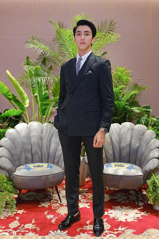 Diễn viên Bình An diện vest bảnh bao.
