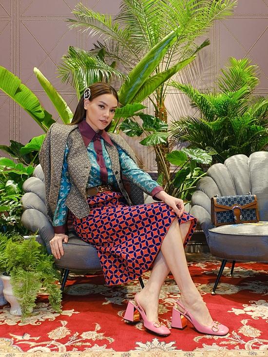 Hồ Ngọc Hà xuất hiện nổi bật với bộ trang phục hàng hiệu trị giá hơn 300 triệu đồng. Đây là là thiết kế đặc biệt và duy nhất của Gucci, không bán tại Việt Nam.