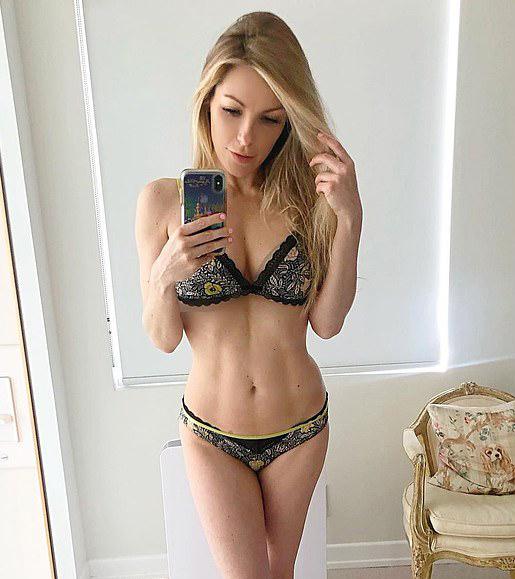 Crystal đăng ảnh selfie gợi cảm trên Instagram tháng 4/2020.