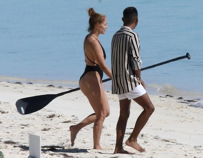 Sau buổi biểu diễn thành công rực rỡ trong đêm giao thừa, Jennifer Lopez tới quần đảo nhiệt đới nghỉ dưỡng cùng gia đình.